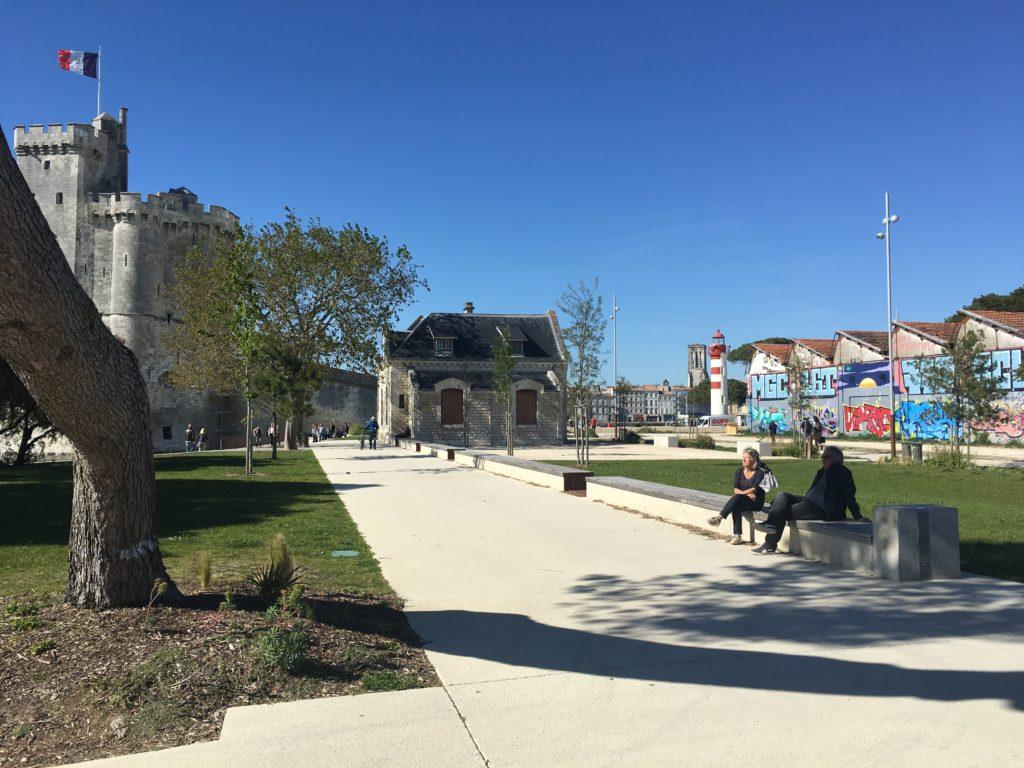 Les espaces publics ont été conçus par l'agence de paysagisme Landescape dans le cadre du Papi Gabut – Ville-en-Bois